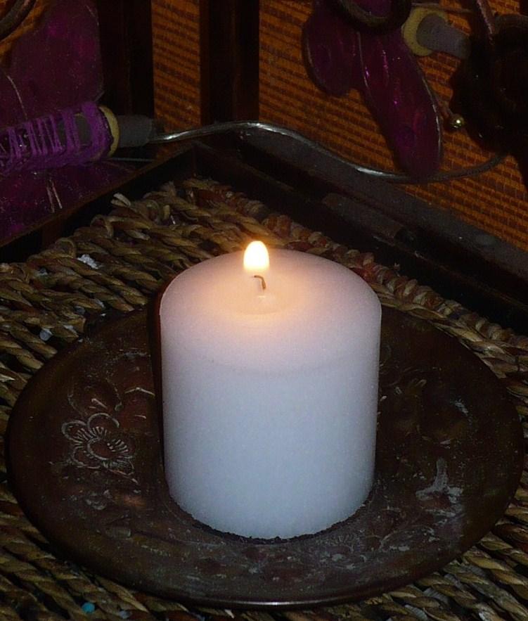 Méditation en utilisant la flamme d'une bougie