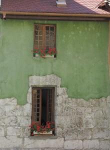 murs verts aux géraniums rouges